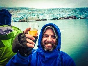 Brindando con whisky frente al glaciar. Foto: Eric John