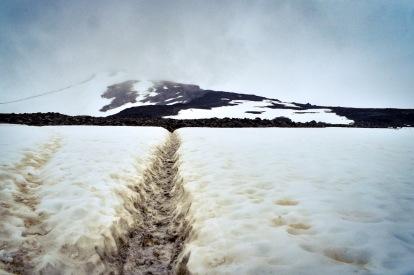 Sendero a traves de la nieve hacia la montaña. Foto: Bruno Aldrufeu Quiñonero